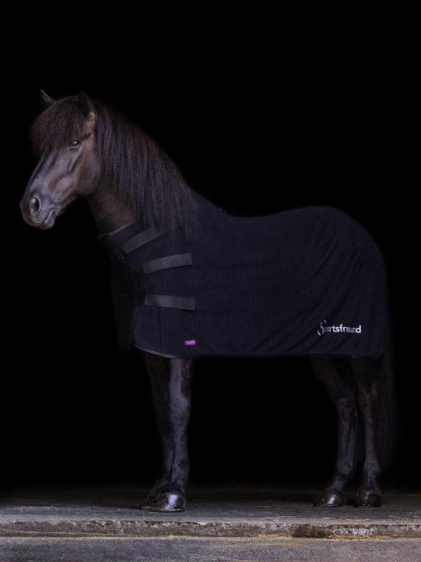 Rappe Isländer trägt schwarze Abschwitzdecke aus Fleece