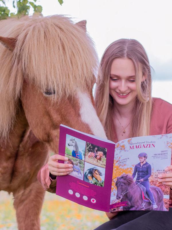 Pferd und Mensch betrachten Magazin