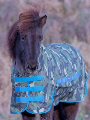 Islandpferd trägt Regendecke in Camouflage Azur